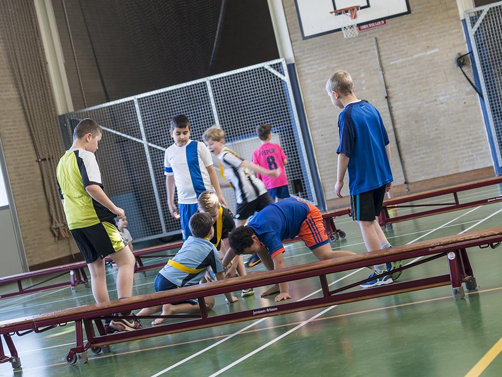 Spelende kinderen in gymzaal De Brug in Zevenaar