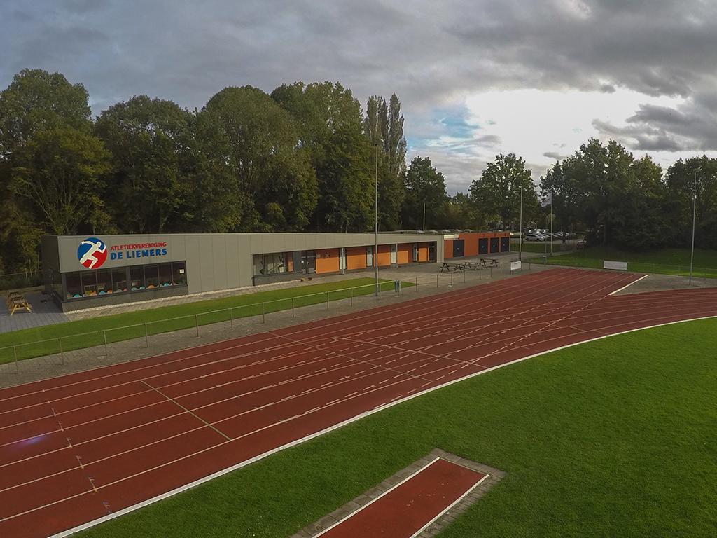 Luchtfoto van de atletiekbaan van Stichting de Liemers Breedtesport in Zevenaar